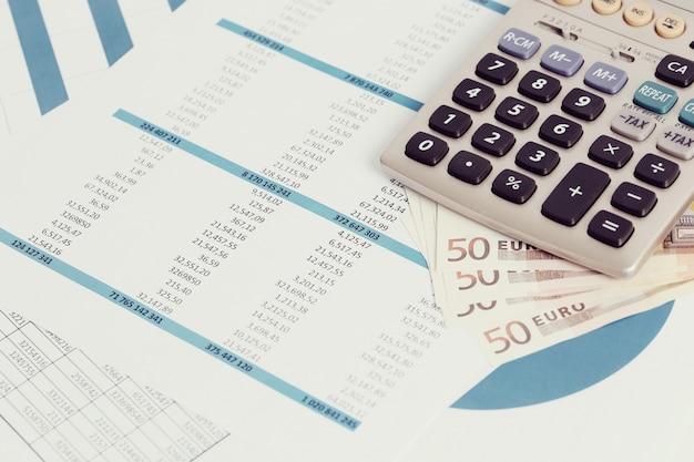 Ufficio con documenti e conti in denaro Foto Gratuite