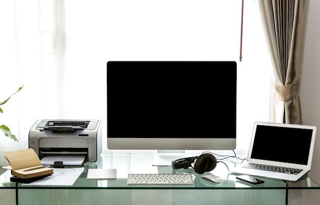Tavolo Di Ufficio : Ufficio con un computer e un tavolo di vetro scaricare foto gratis