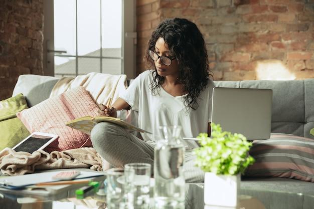 Ufficio remoto, lavoro a casa, concetto di libero professionista Foto Gratuite