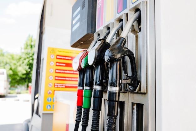 Ugelli della pompa di benzina in una stazione di servizio Foto Gratuite