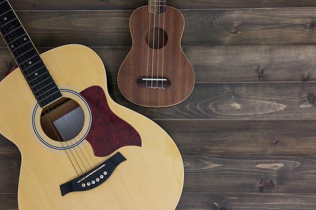 Ukulele della chitarra degli strumenti musicali su vecchio fondo di legno con lo spazio della copia. effetto vintage Foto Premium