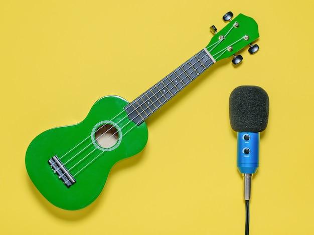 Ukulele ukulele ukulele e microfono blu cablato. la vista dall'alto. Foto Premium