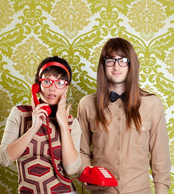 Umorismo nerd coppia parlando vintage telefono rosso Foto Premium