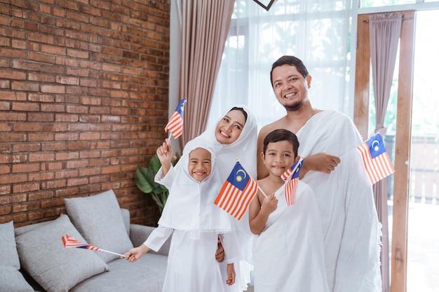 Umrah musulmano e hajj con bandiera malese Foto Premium
