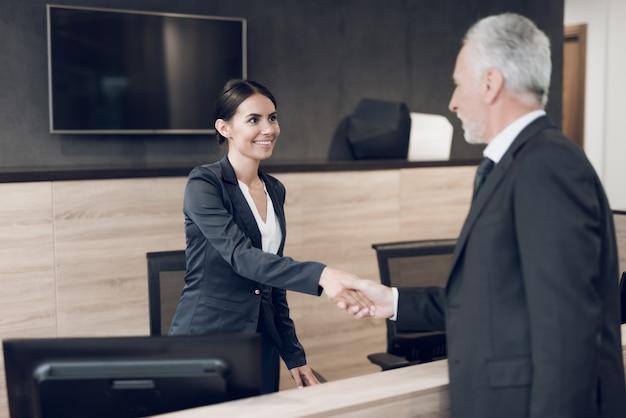 Un anziano rispettabile venne in ufficio Foto Premium