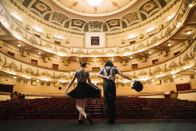 Un artista di due mime che si piega sul palco nell'auditorium Foto Gratuite