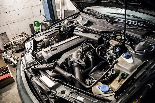 Un'auto con il cofano aperto Foto Premium