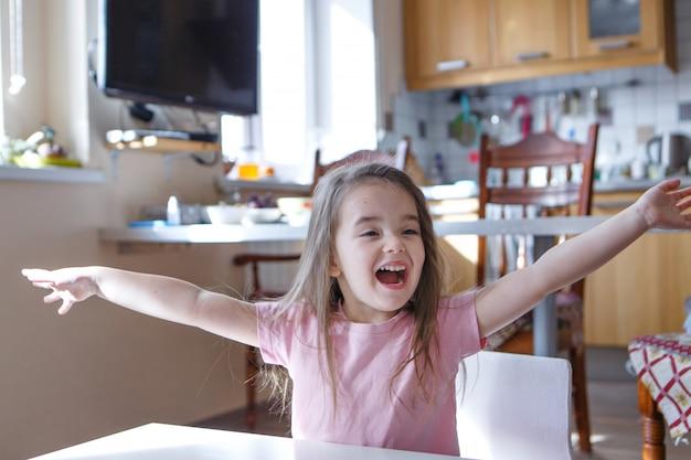 Un bambino che grida di gioia. il ragazzino alzò le mani. il concetto di libertà di espressione di sentimenti, emozioni, fecondazione in vitro, felicità Foto Premium