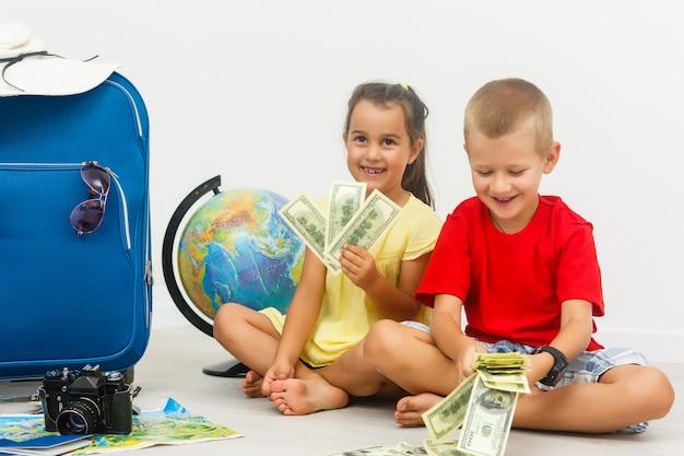 Un bambino con una valigia è in piedi insieme Foto Premium