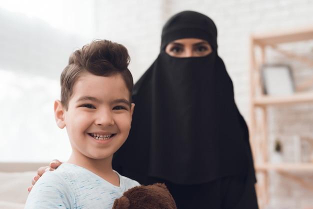 Un bambino di una famiglia araba tiene in mano un giocattolo. Foto Premium