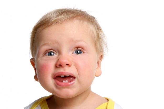 Un bambino divertente isolato su bianco Foto Gratuite