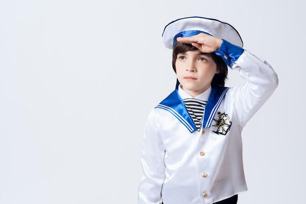 Un bambino vestito da marinaio. Foto Premium