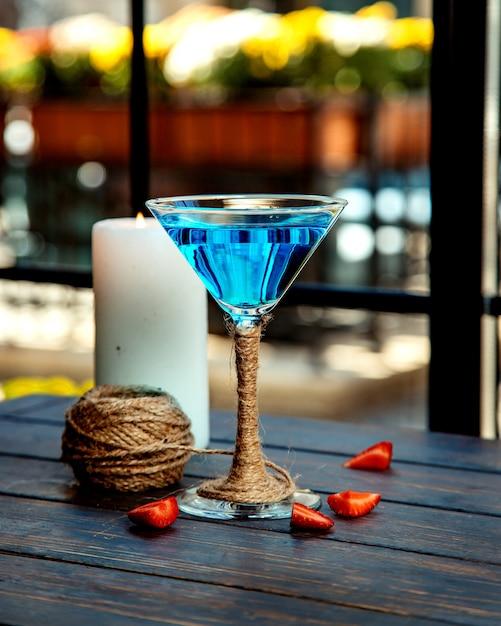 Un bicchiere da martini di laguna blu decorato con iuta Foto Gratuite