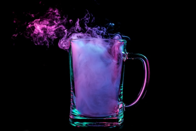 Un bicchiere di birra trasparente in vetro riempito con una parrucca Foto Premium