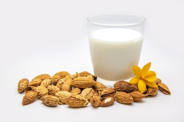 Un bicchiere di latte di mandorle isolato su bianco Foto Premium