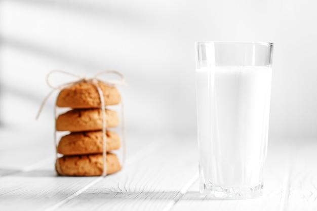 Un bicchiere di latte e deliziosi biscotti d'avena Foto Premium