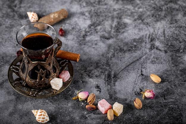 Un bicchiere di tè con noci e lokum turco Foto Gratuite