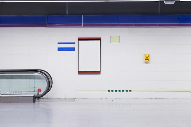 Un cartellone vuoto per la pubblicità sul muro nella stazione della metropolitana Foto Gratuite