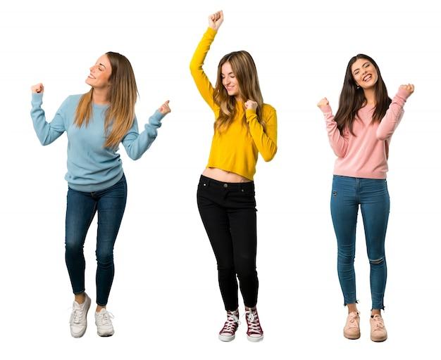 Un colpo a figura intera di un gruppo di persone con abiti colorati che celebra una vittoria Foto Premium