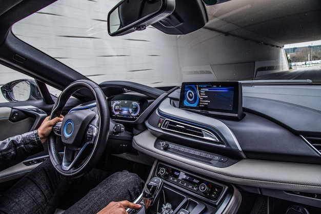 Un conducente alla guida di un'auto, vista interna. Foto Gratuite