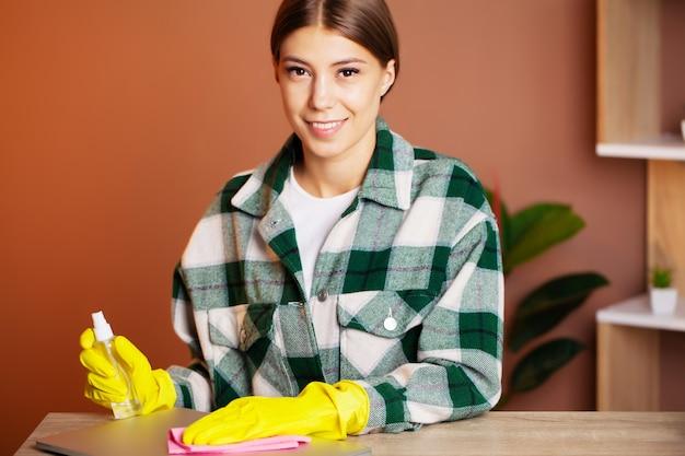 Un dipendente di un'impresa di pulizie esegue gli ordini ...