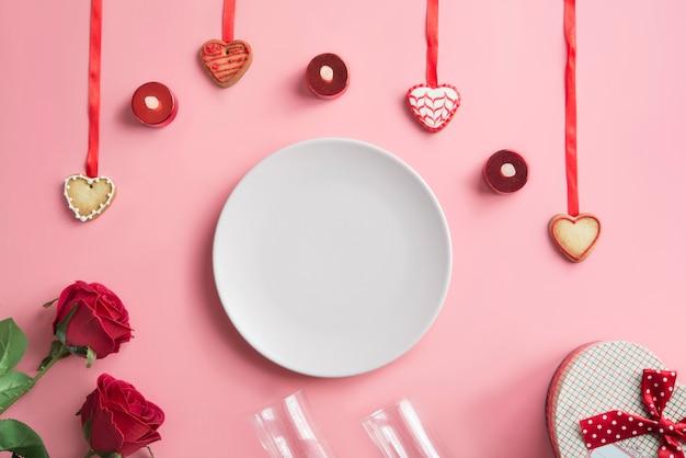Un dolce festoso a forma di cuore Foto Premium
