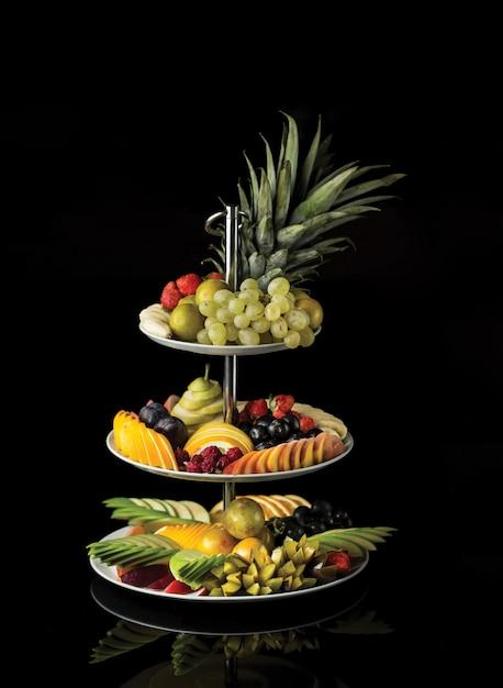 Un esotico piatto da frutta a tre piani con frutti misti. Foto Gratuite
