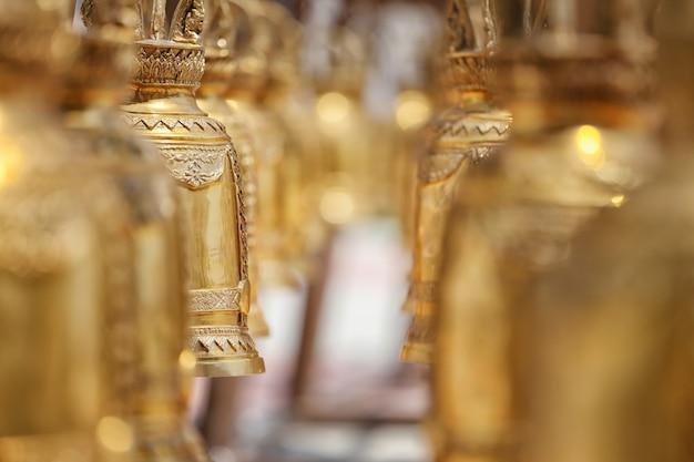 Un fuoco campana d'oro appesa nel tempio. Foto Premium