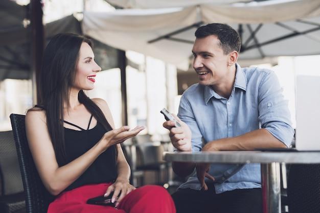 Un giornalista che parla con una bella ragazza Foto Premium
