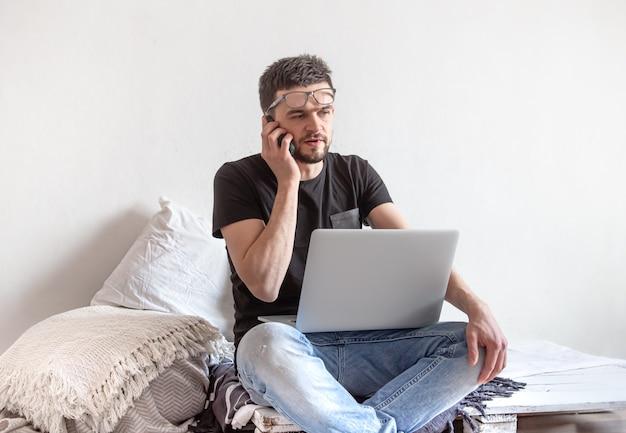 Un giovane lavora in remoto al computer di casa. Foto Gratuite
