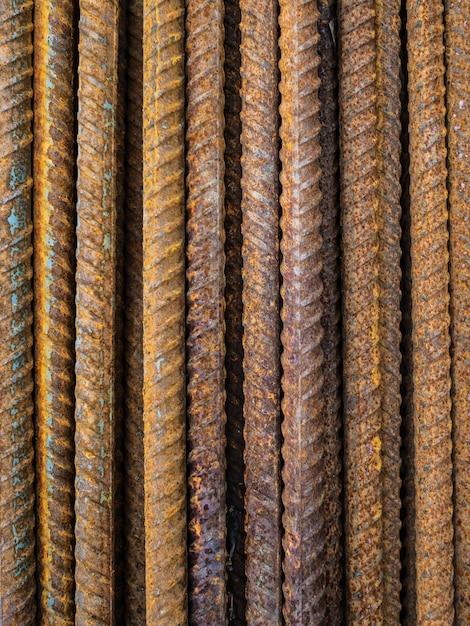 Un gran numero di raccordi. coni retinici di ferro arrugginiti per costruzione. rinforzo di strutture in cemento armato Foto Premium