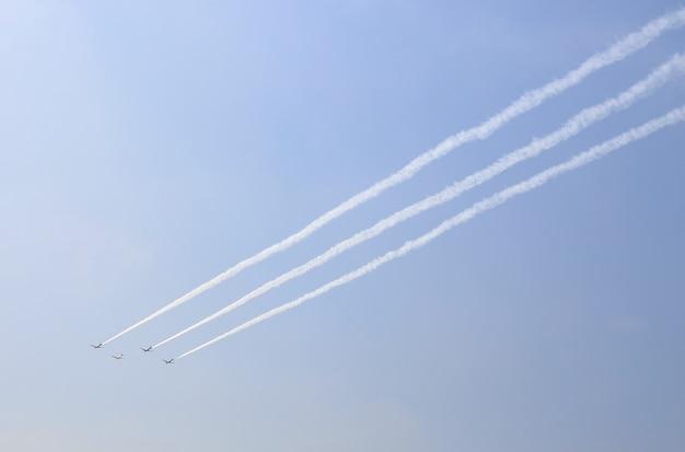 Un gruppo di aerei fumava sotto il cielo Foto Premium