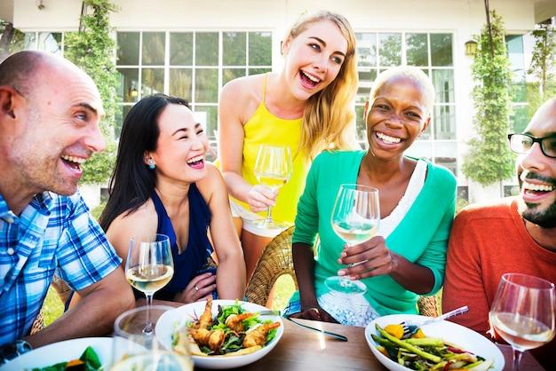 Un gruppo di amici diversi si stanno riunendo Foto Premium