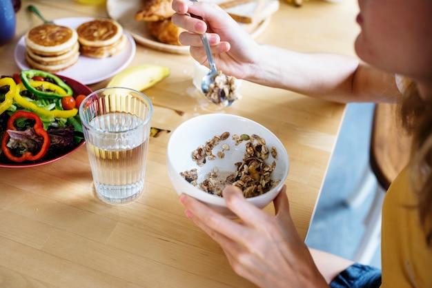 Un gruppo di diverse donne facendo colazione insieme Foto Premium