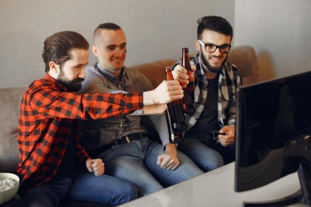 Un gruppo di fan sta guardando il calcio in tv Foto Gratuite