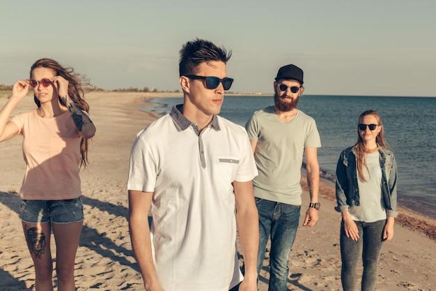 Un gruppo di giovani si gode la festa estiva in spiaggia Foto Premium
