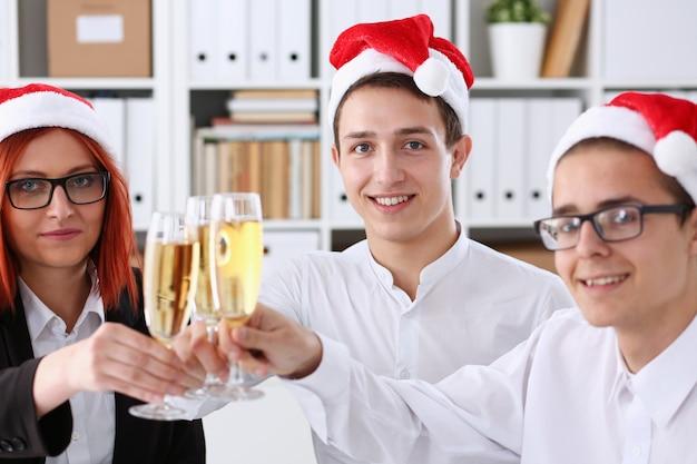 Un gruppo di imprenditori festeggia il natale Foto Premium
