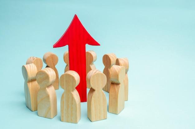 Un gruppo di lavoro è in piedi in un cerchio e la freccia è tra i dipendenti. Foto Premium