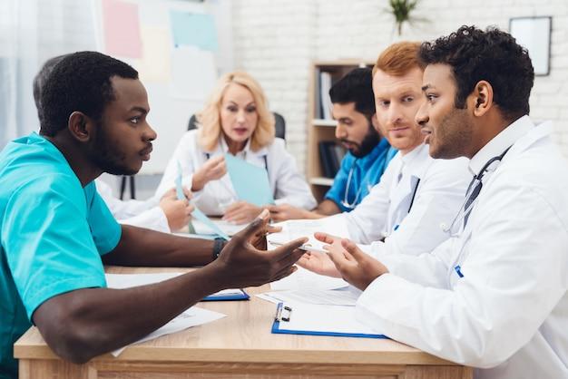 Un gruppo di medici di diverse razze discute. Foto Premium