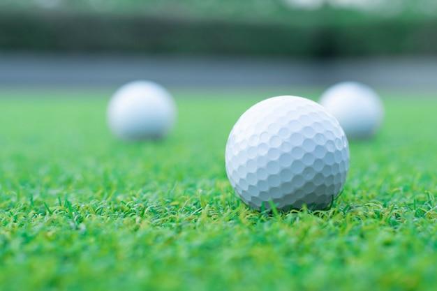 Un gruppo di pallina da golf su erba verde Foto Premium