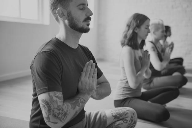 Un gruppo di persone diverse si unisce a una lezione di yoga Foto Gratuite