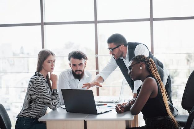 Un gruppo di persone impegnate multinazionali che lavorano in ufficio Foto Gratuite