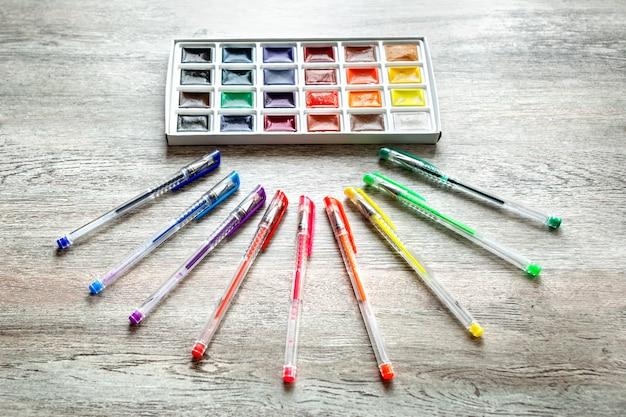 Un gruppo di prodotti per il disegno e la creatività sulla tavola di legno. Foto Premium