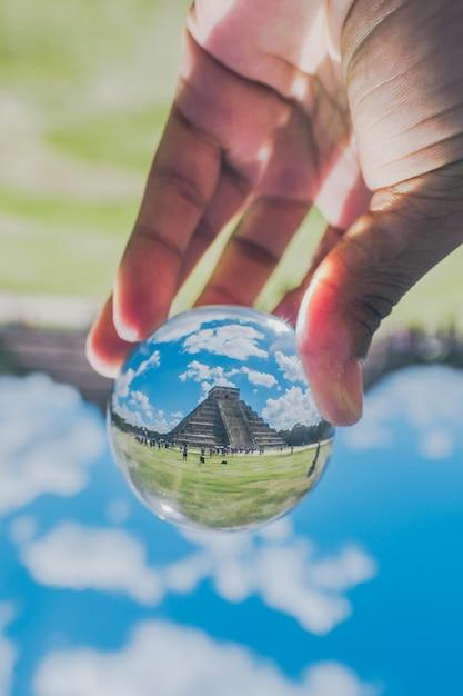 Un'immagine della chichen itza all'interno della sfera di cristallo Foto Premium