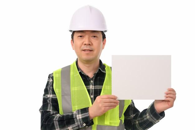 Un ingegnere asiatico in possesso di un forum vuoto. Foto Premium