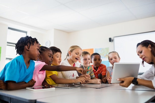 Un insegnante che dà lezione con il computer tablet Foto Premium