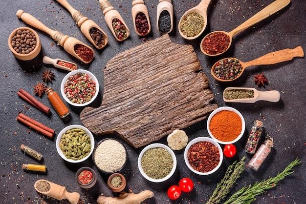 Un insieme di spezie ed erbe aromatiche. cucina indiana. pepe, sale, paprika, basilico. vista dall'alto. Foto Premium