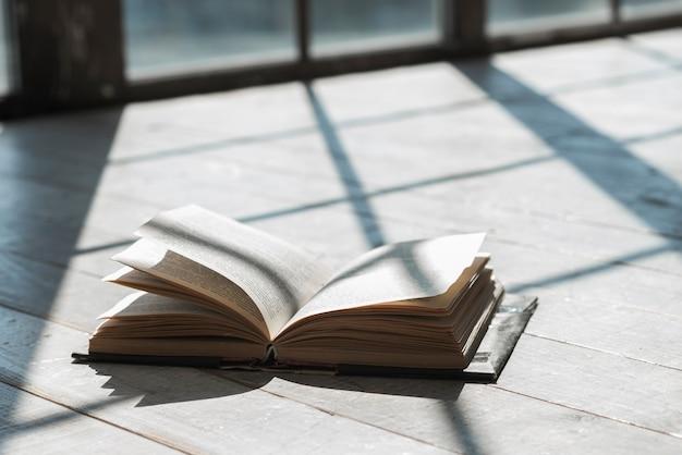 Un libro aperto alla luce del sole al patio Foto Gratuite