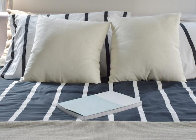 Un libro su stile moderno di biancheria da letto a strisce Foto Premium