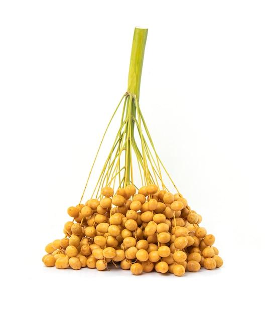 Un mazzo di date o di palma da datteri crude gialle isolate su bianco Foto Premium